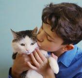 Photo de fin de chat d'étreinte de garçon d'adolescent d'amant de chat vers le haut de photo drôle Photos stock