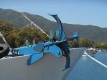 Photo de fin vers le haut de vue à l'ancre rougeâtre et bleue se tenant sur la partie avant du bateau de pêche photographie stock