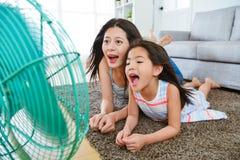 Photo de foyer sélectif de femme et de petite fille Photos stock