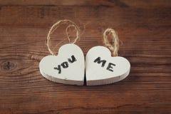 Photo de foyer sélectif des couples des coeurs en bois avec des mots vous, j'écrit sur eux sur la table rustique Image stock