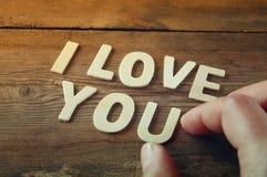 Photo de foyer sélectif des mots je t'aime faits avec les lettres en bois de bloc sur le fond en bois Image stock