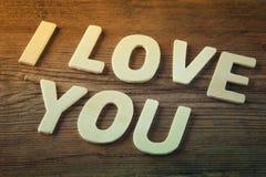 Photo de foyer sélectif des mots je t'aime faits avec les lettres en bois de bloc sur le fond en bois Photos stock