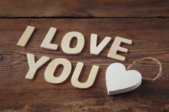 Photo de foyer sélectif des mots je t'aime faits avec les lettres en bois de bloc sur le fond en bois Image libre de droits