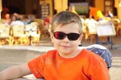 Photo de garçon dans des lunettes de soleil Photo stock