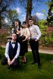 Photo de groupe de famille dans l'habillement, la colonne et le cadran solaire de Vicorian en parc Image libre de droits