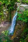Photo de haute cascade en montagnes carpathiennes Photographie stock