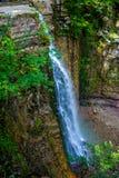 Photo de haute cascade en montagnes carpathiennes Image libre de droits