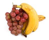 Photo de haute résolution des raisins et des bananes foncés image libre de droits
