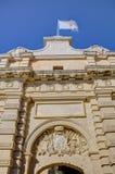Photo de HDR d'une porte d'entrée et des murs de ville de la ville célèbre de Mdina, Malte, un après-midi ensoleillé d'été Images libres de droits