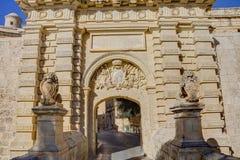 Photo de HDR d'une porte d'entrée et des murs de ville de la ville célèbre de Mdina, Malte, un après-midi ensoleillé d'été Photo libre de droits