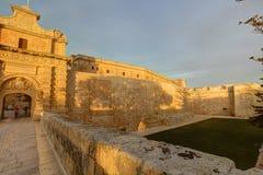 Photo de HDR des murs historiques de ville de Mdina et de la porte d'entrée pendant le coucher du soleil Image stock