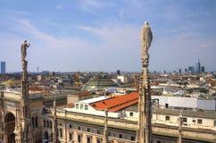 Photo de HDR des statues de marbre blanches des Di Milan de Duomo de cathédrale sur la place, le paysage urbain et le puits Vitto Photographie stock