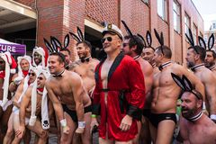 Photo de Hugh Hefner Impersonator Poses For chez Santa Speedo Run Photos libres de droits