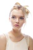 Photo de jeune belle femme avec les cheveux blonds images stock