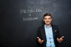 Photo de jeune homme adapté près de vote des textes au-dessus de tableau noir Image libre de droits