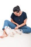 Photo de jeune jouer femelle avec son bichon Image stock