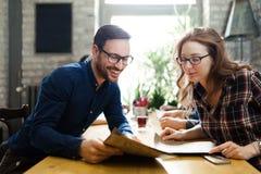 Photo de jeunes collègues d'affaires sur la coupure Photographie stock