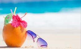 Photo de jus et des lunettes de soleil frais de noix de coco dessus Photographie stock libre de droits