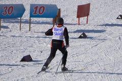 Photo de l'écharpe de sourire de sport de neige gaie photos stock