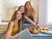 Photo de l'adolescence de selfie de meilleurs amis de filles prenant le déjeuner Photos stock