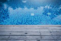 Photo de l'eau dans une piscine avec des réflexions ensoleillées et courtiser image stock
