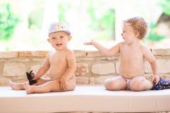 Photo de l'enfant de deux bébés ayant l'amusement jouant dehors, des meilleurs amis, du concept heureux de famille, d'amour et de Photo stock