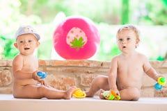 Photo de l'enfant de deux bébés ayant l'amusement jouant dehors, des meilleurs amis, du concept heureux de famille, d'amour et de Photos stock
