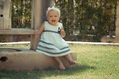 Photo de l'enfant de deux bébés ayant l'amusement jouant dehors, des meilleurs amis, du concept heureux de famille, d'amour et de Photo libre de droits