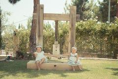 Photo de l'enfant de deux bébés ayant l'amusement jouant dehors, des meilleurs amis, du concept heureux de famille, d'amour et de Image stock