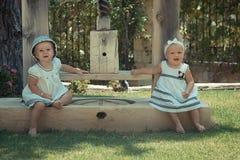 Photo de l'enfant de deux bébés ayant l'amusement jouant dehors, des meilleurs amis, du concept heureux de famille, d'amour et de Images stock
