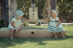 Photo de l'enfant de deux bébés ayant l'amusement jouant dehors, des meilleurs amis, du concept heureux de famille, d'amour et de Photos libres de droits