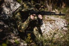 Photo de l'homme avec l'arme à feu image libre de droits