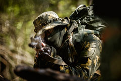 Photo de l'homme avec l'arme à feu photo libre de droits