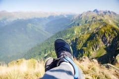 Photo de l'homme dans les espadrilles et le paysage montagneux pittoresque Images stock