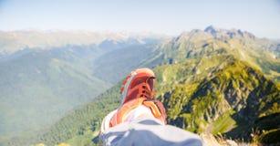 Photo de l'homme dans les espadrilles rouges et le paysage montagneux pittoresque Photographie stock libre de droits