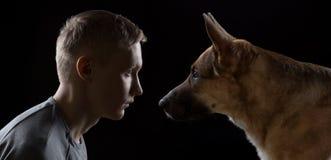 Photo de l'homme et de chien Photos libres de droits