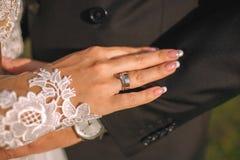 Photo de l'homme et de femme avec l'anneau de mariage Image libre de droits