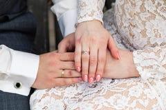 Photo de l'homme et de femme avec l'anneau de mariage photographie stock