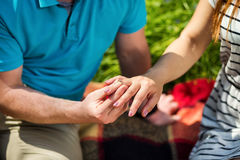 Photo de l'homme mettant l'anneau de mariage sur la main de femme, j'ai dit oui ! Il Photographie stock libre de droits