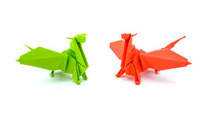 Photo de l'origami vert et des dragons rouges d'isolement sur le fond blanc Photos libres de droits