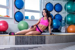 Photo de la belle femme sportive posant dans le gymnase Photos stock