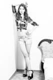Photo de la belle fille de pin-up de jeune femme regardant l'appareil-photo noir et blanc Photographie stock