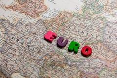 Photo de la carte des pays européens et des lettres colorées sur W Photographie stock libre de droits