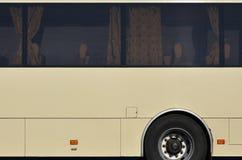Photo de la coque d'un grand et long autobus jaune avec l'espace libre pour faire de la publicité Vue de côté en gros plan d'un v Photos stock