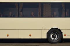 Photo de la coque d'un grand et long autobus jaune avec l'espace libre pour faire de la publicité Vue de côté en gros plan d'un v Image stock