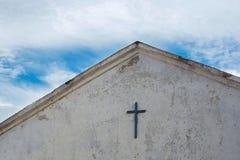 Photo de la croix sur le toit de la vieille église Photos stock