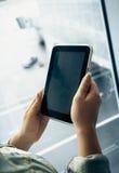 Photo de la femme à l'aide du comprimé numérique sur le terminal d'aéroport Photographie stock