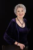 Photo de la femme plus âgée spectaculaire posant avec des bijoux d'améthyste photographie stock