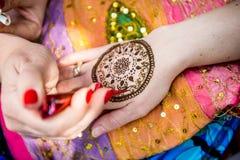 Photo de la main humaine étant décorée du tatouage de henné, mehendi Photo libre de droits