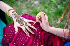 Photo de la main humaine étant décorée du tatouage de henné, mehendi Image stock